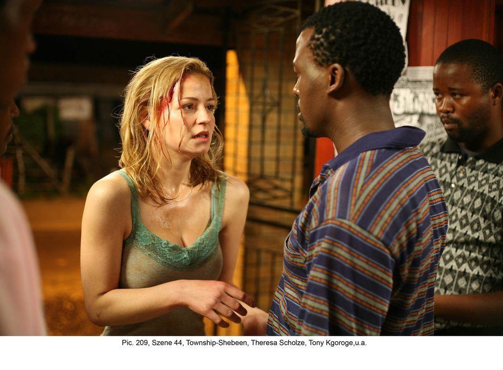 Nachdem Marisa (Theresa Scholze, l.) sich Biko (Tony Kgoroge, r.) anvertraut hat, beschließt der junge Afrikaner ihr zu helfen. Denn nur so kann er... - Bildquelle: Boris Guderjahn ProSieben