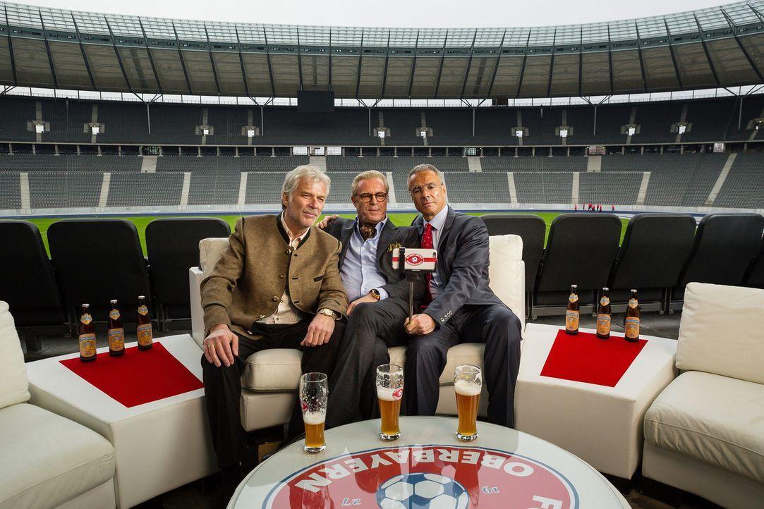(v.l.n.r.) Spielerlegende Paul Greitner (Wolfgang Fierek), Vereins-Vorstandsvorsitzender Guido (Peter Kremer) und Franz Kaiser (Hannes Jaenicke), di... - Bildquelle: Arvid Uhlig SAT.1