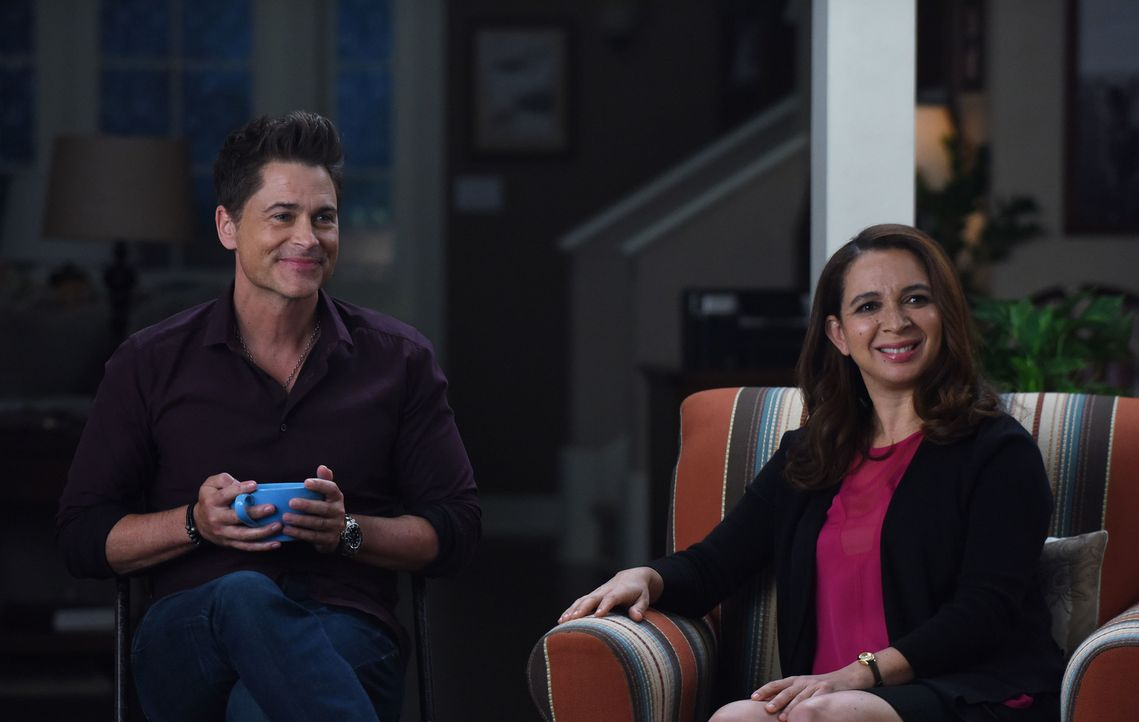 Während Dean (Rob Lowe, l.) bei seiner Therapie Fortschritte macht, sorgt ein Besuch von Jillian (Maya Rudolph, r.) dafür, dass kurzerhand eine Fami... - Bildquelle: 2015-2016 Fox and its related entities.  All rights reserved.