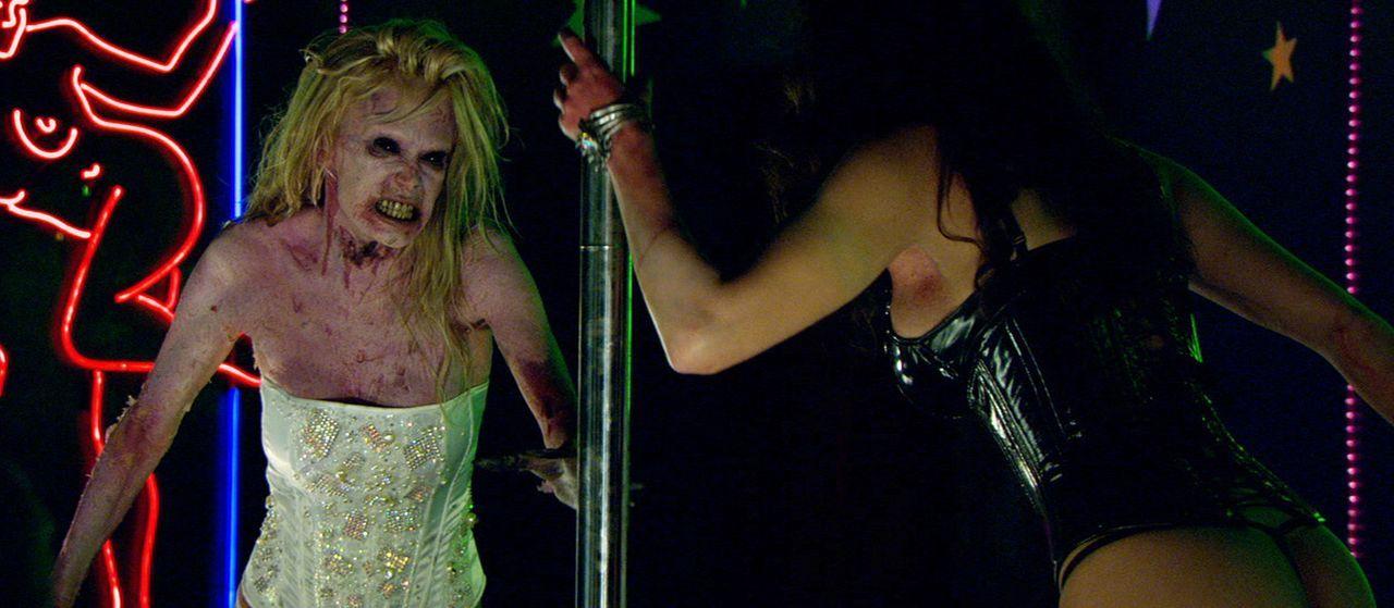 Stripperinnen Kat (Jenna Jameson, l.) und Lillith (Roxy Saint, r.) verwandeln sich dank eines Zombievirus' in übermenschliche, Fleisch fressende Zo... - Bildquelle: 2007 Worldwide SPE Acquisitions Inc. All Rights Reserved.