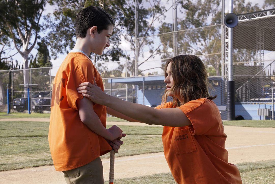 Paige (Katharine McPhee, r.) macht ihrem Sohn Ralph (Riley B. Smith, r.) klar, dass bei diesem Softball-Match besonders viel auf dem Spiel steht ... - Bildquelle: Cliff Lipson 2018 CBS Broadcasting, Inc. All Rights Reserved.