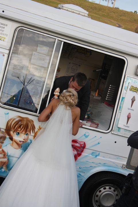 """Mitte Zwanzig, seit vier Jahren verliebt und nun """"heiratsbereit"""": Das sind Jason und Tarin ... - Bildquelle: Renegade Pictures Ltd"""