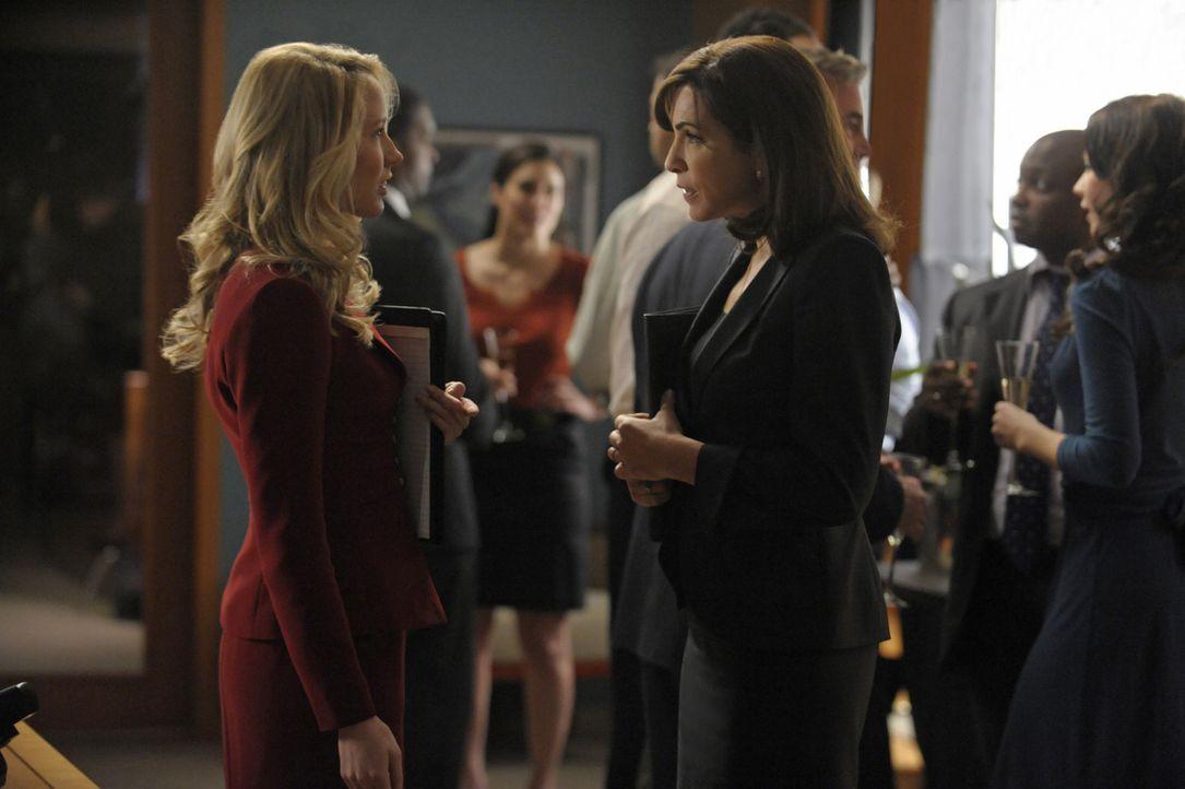 Während einer Verhandlung macht Caitlin (Anna Camp, l.) eine äußerst unpassende Bemerkung und Alicia (Julianna Margulies, r.) stellt sie daraufhi... - Bildquelle: 2011 CBS Broadcasting Inc. All Rights Reserved.