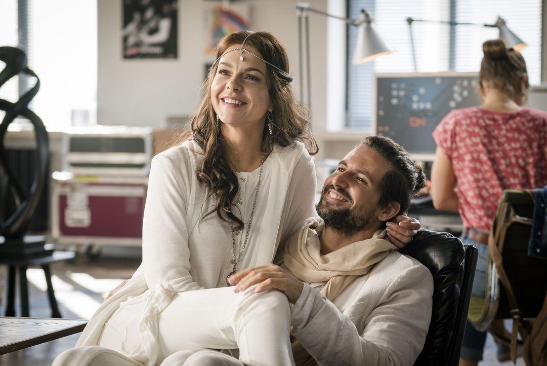 Dank seiner neuen Freundin Ella (Susan Hoecke, l.) führt Rockstar John Winter (Tom Beck, r.) ein gemäßigtes Leben mit gesunder Ernährung, Yoga und i... - Bildquelle: Stephan Rabold SAT.1