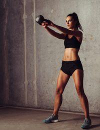 Die Kraft, die es braucht, um eine Kettlebell zu schwingen, ist für Anfänger...
