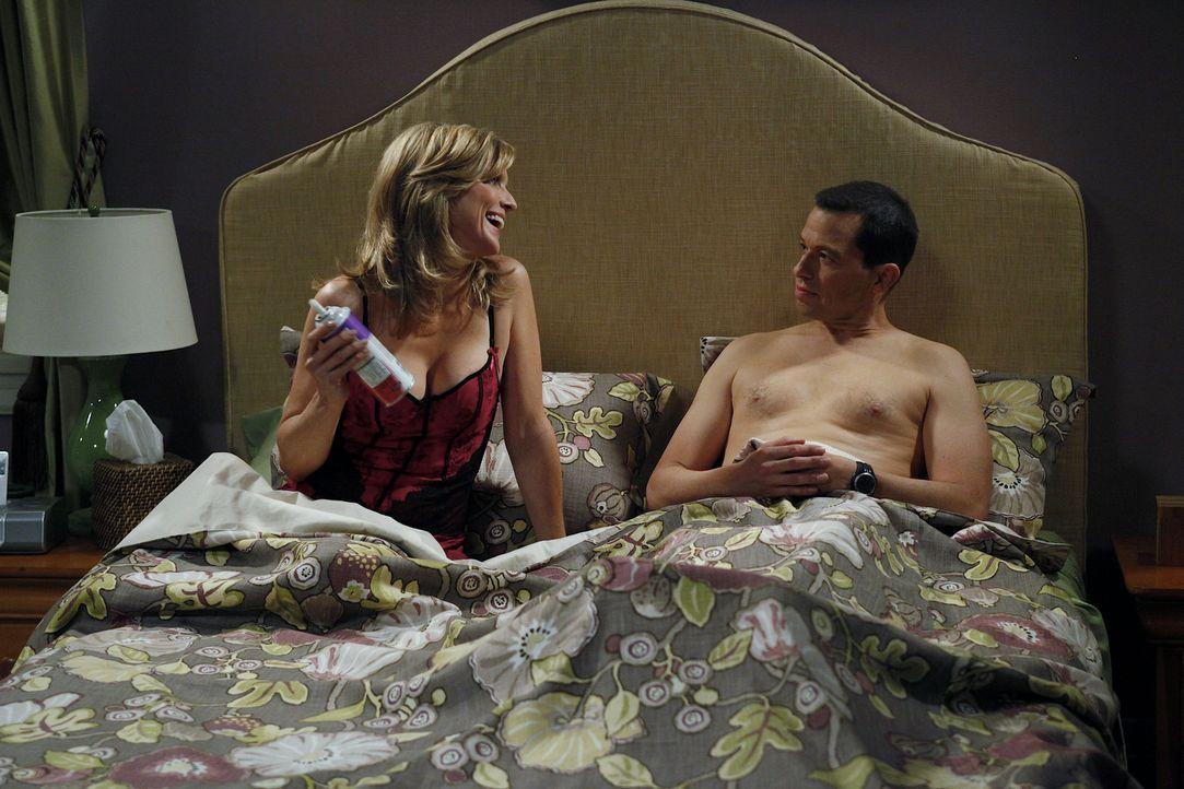 Alan (Jon Cryer, r.) hat eine Affäre mit Lyndsey (Courtney Thorne-Smith, l.). Als Jake herausfindet, dass sein Vater die Mutter seines besten Freun... - Bildquelle: Warner Bros. Television