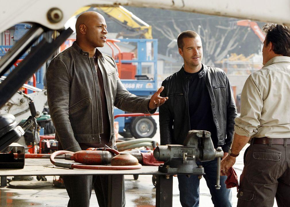 Callen (Chris O'Donnell, M.) und Sam (LL Cool J, l.) ermitteln in einem neuen Mordfall und erhoffen sich von Ronnie Miller (V.J. Foster, r.) Hinweis... - Bildquelle: CBS Studios Inc. All Rights Reserved.
