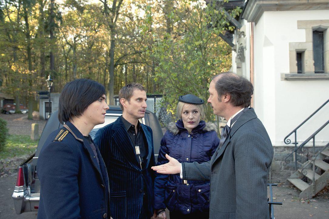 """Ehe er sich versieht, findet sich Tom (François Goeske, l.) beim Bestattungsinstitut """"Heimkehr"""" wieder und muss mit den doch etwas sonderbaren Kolle... - Bildquelle: NFP"""