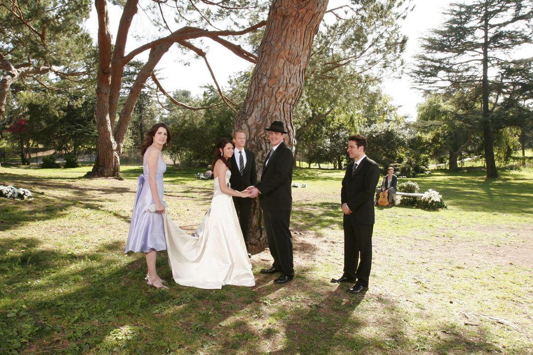 Am Ende kommt es doch zu einer kleinen Zeremonie: das Brautpaar Lily (Alyson Hannigan, 2.v.l.) und Marshall (Jason Segel, 3.v.r.) mit ihren Freunden... - Bildquelle: Michael Yarish 20th Century Fox International Television