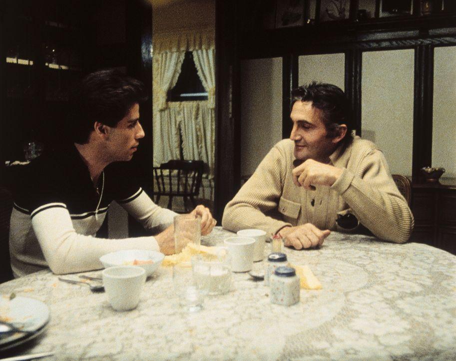 Tony Manero (John Travolta, l.) leidet unter seinem autoritären Vater Gus (Bruce Ornstein, r.), der keinerlei Verständnis für Tonys Tanzleidensch... - Bildquelle: Paramount Pictures