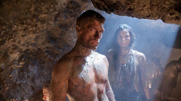 Spartacus (Liam McIntyre, l.) dringt mit mehreren Gefährten in die Minen von...