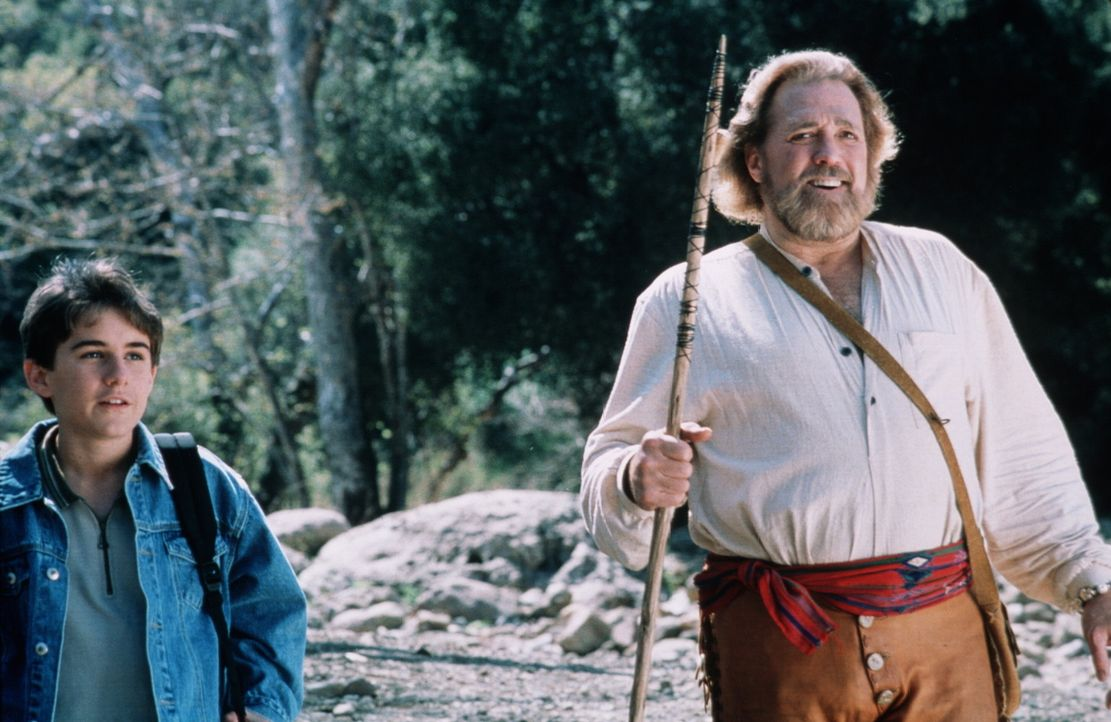 Jimmy (Miko Hughes, l.) findet in dem erfahrenen Bergbewohner Jeremiah (Dan Haggerty, r.) einen großen, starken Freund ... - Bildquelle: Miracle Entertainment