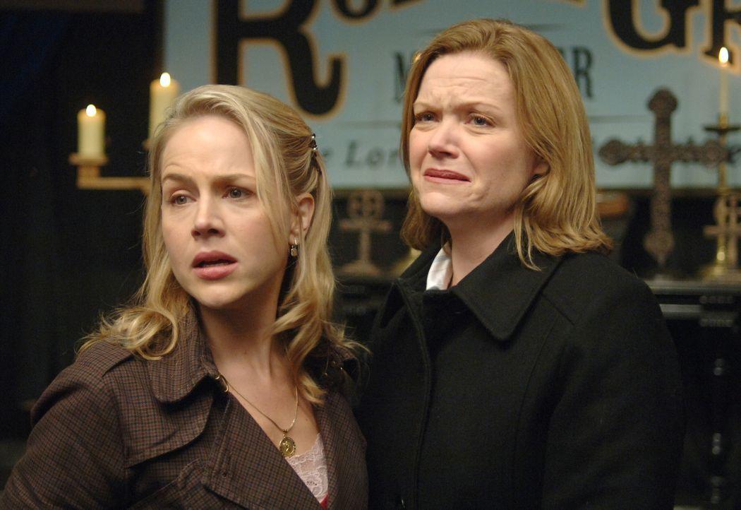 Layla (Julie Benz, l.) und Mrs. Roarke (Gillian Barber, r.) suchen Hilfe bei Roy Le Grange, einem Wunderheiler - doch kann er ihnen wirklich helfen? - Bildquelle: Warner Bros. Television