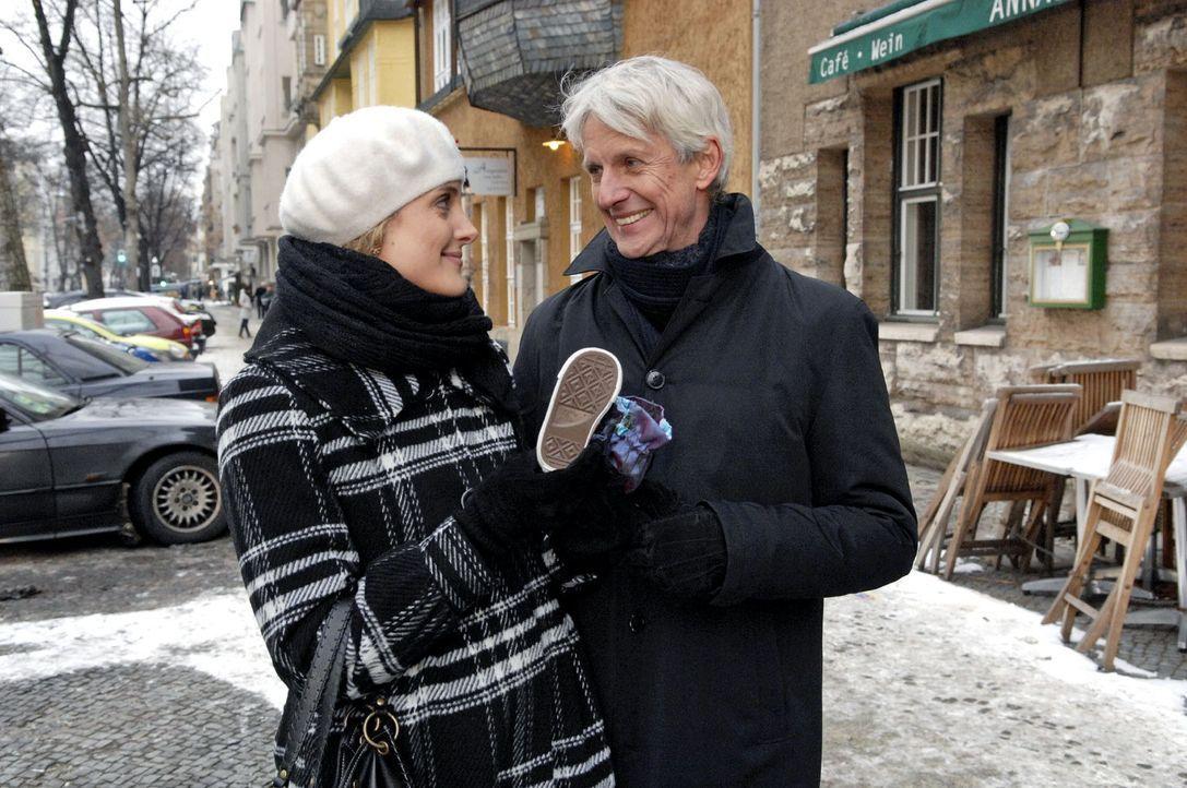 Maja (Barbara Lanz, l.) ist glücklich, als Robert (Mathieu Carrière, r.) mit einem Geschenk deutlich macht, wie sehr er sich auf das Kind freut. - Bildquelle: Claudius Pflug Sat.1