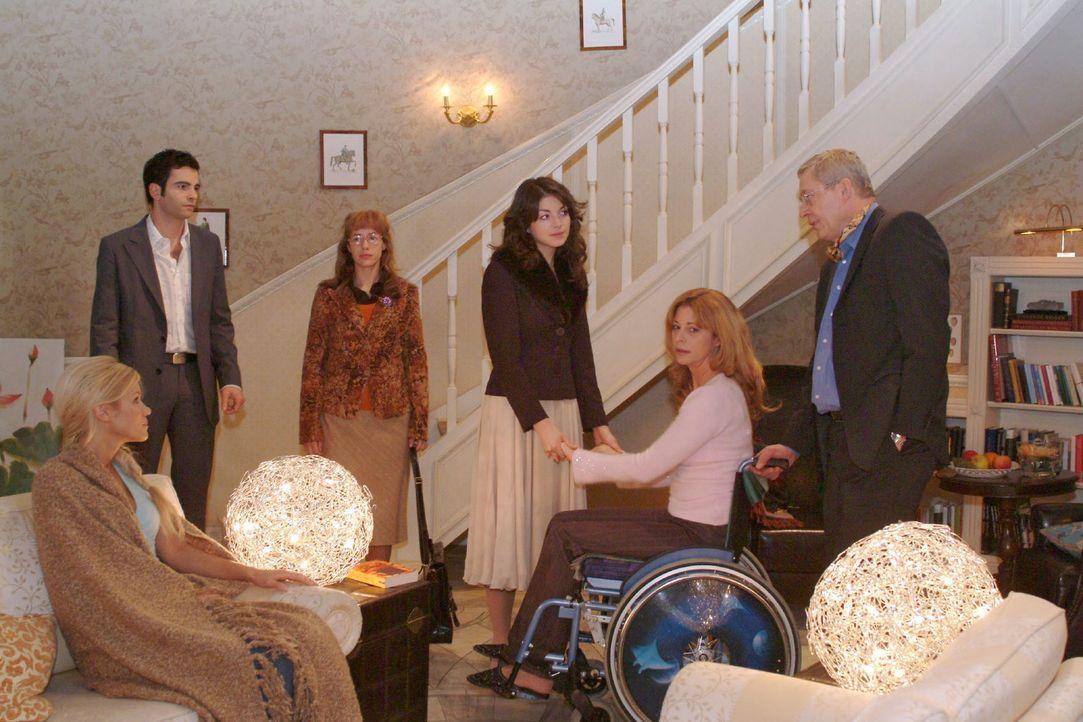 Lisa platzt unbeabsichtigt in Mariellas Abschied von den Seidels. v.l.n.r.: Sabrina (Nina-Friederike Gnädig), David (Mathis Künzler), Lisa (Alexan... - Bildquelle: Monika Schürle Sat.1