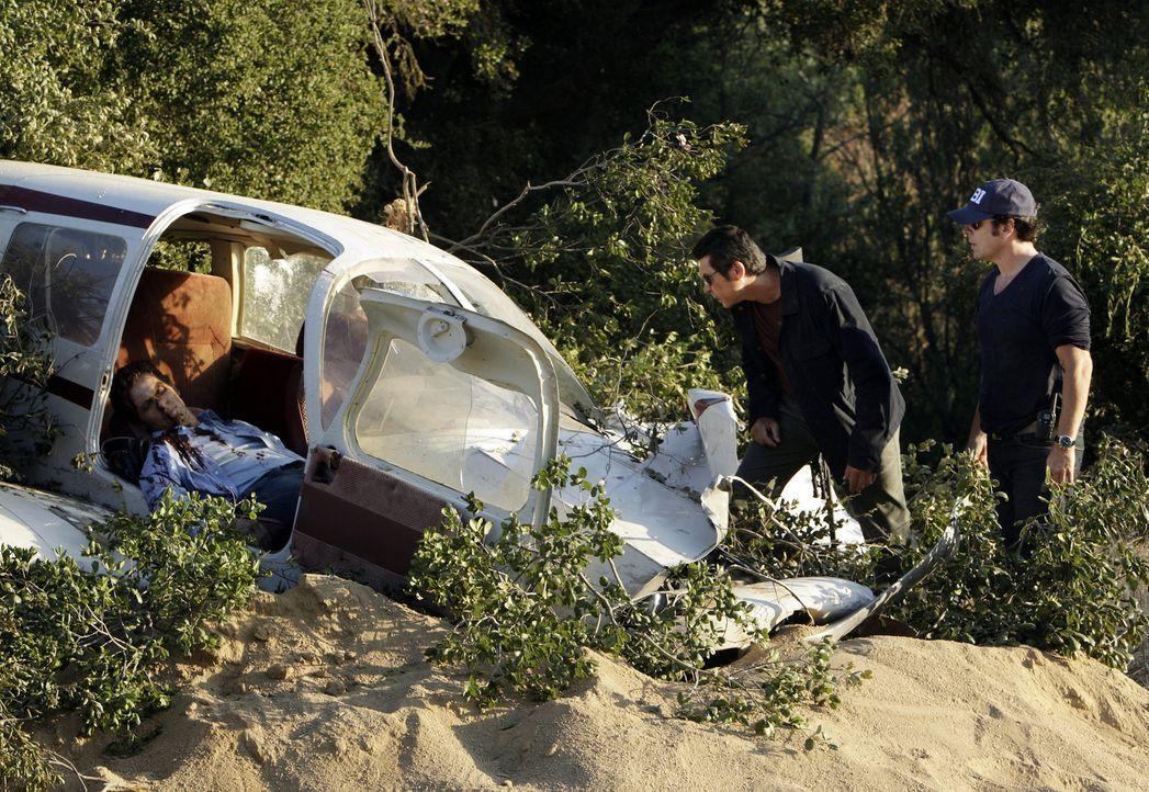 Die Ermittlungen verkomplizieren sich, als noch eine weitere Leiche auftaucht: Don Eppes (Rob Morrow, r.) und Ian Edgerton (Lou Diamond Phillips, M.... - Bildquelle: Paramount Network Television