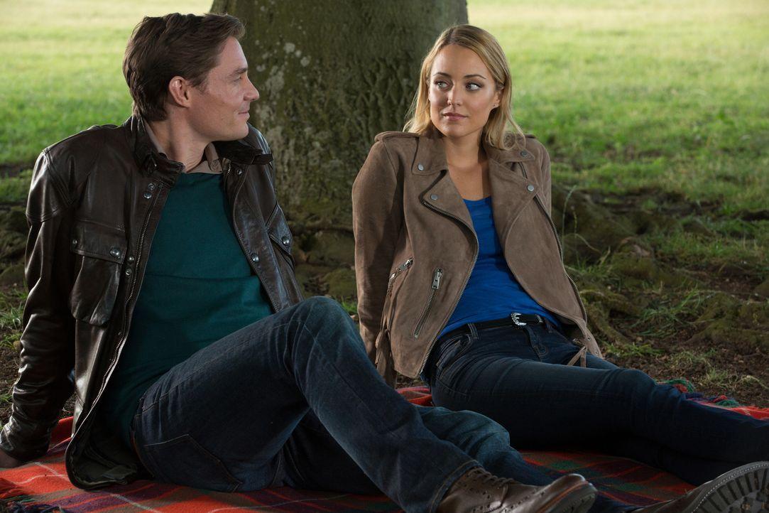 Für Kathryn (Christina Wolfe, r.) ist es nicht leicht, damit umzugehen, dass Robert (Max Brown, l.) doch am Leben ist. Wird sie ihm je die Wahrheit... - Bildquelle: Matt Frost 2016 E! Entertainment Television, LLC