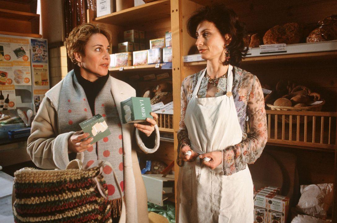 Sabrina (Katerina Jacob, l.) erwischt Jane Kunze (Marijam Agischewa, r.) beim Verstecken ihrer Reisetasche. - Bildquelle: Magdalena Mate Sat.1