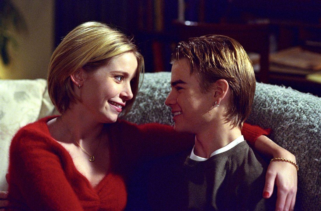 Haben ein ganz besonderes Date: Simon (David Gallagher, r.) und Maria (Alana Austin, l.) ... - Bildquelle: The WB Television Network