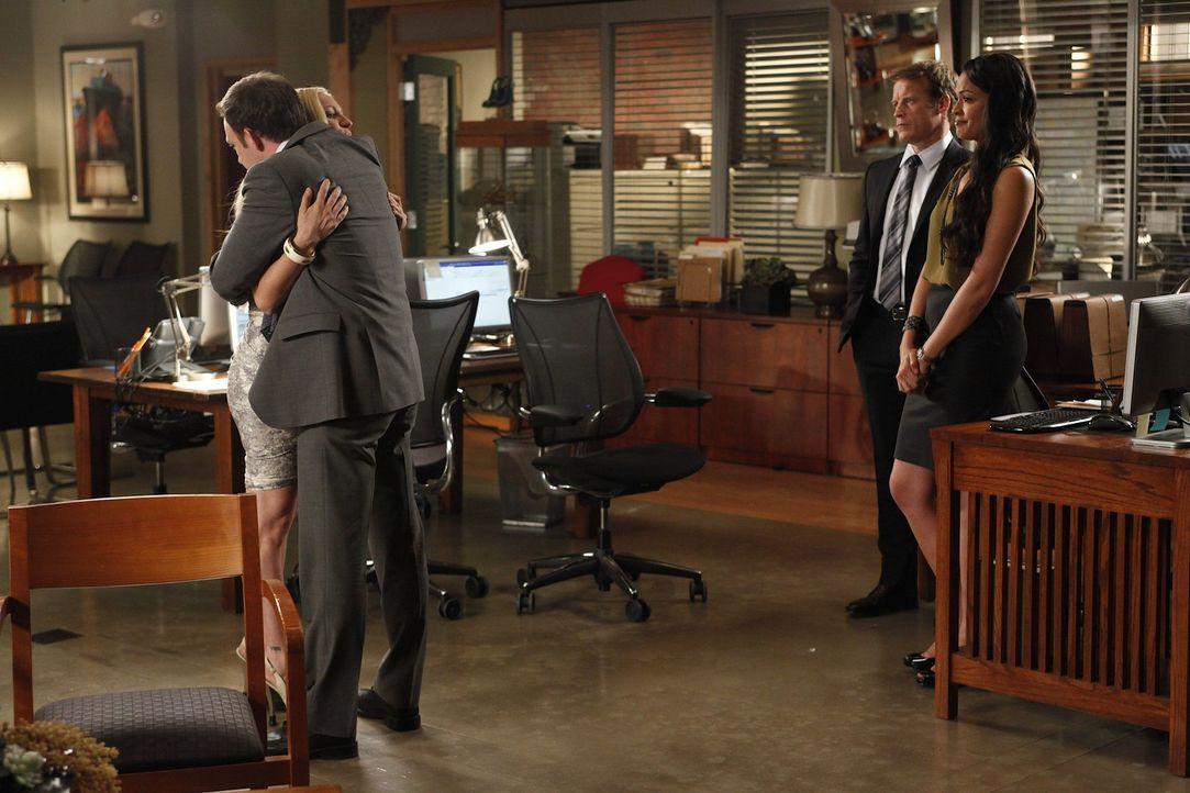 Um sich einen Traum zu erfüllen, muss Jenna (Brittany Snow, l.) die Kanzlei verlassen. Adam (Nathan Corddry, 2.v.l.), Oliver (Mark Valley, 2.v.r.)... - Bildquelle: Warner Bros. Television