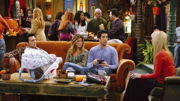 Phoebe (Lisa Kudrow, r.) erklärt den anderen, dass sie es mit Mike ernst mein...