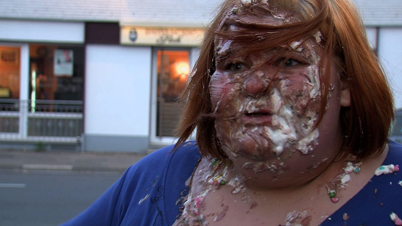 Eileen kann Sahnetorten zwar gerne leiden, doch mit dieser Attacke hatte sie nicht gerechnet ... - Bildquelle: SAT.1