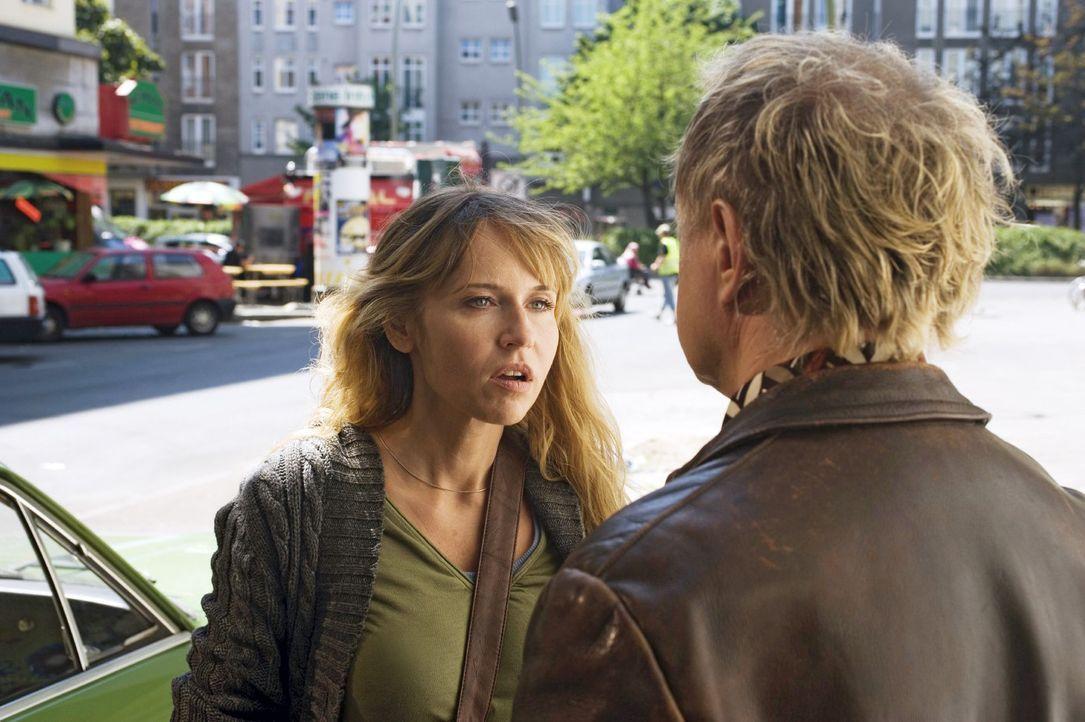 Ellen (Anica Dobra, l.) vermutet hinter einem nett gemeinten Kompliment von Carlo (Uwe Ochsenknecht, r.) eine niederträchtige Strategie ... - Bildquelle: Gordon Mühle Sat.1