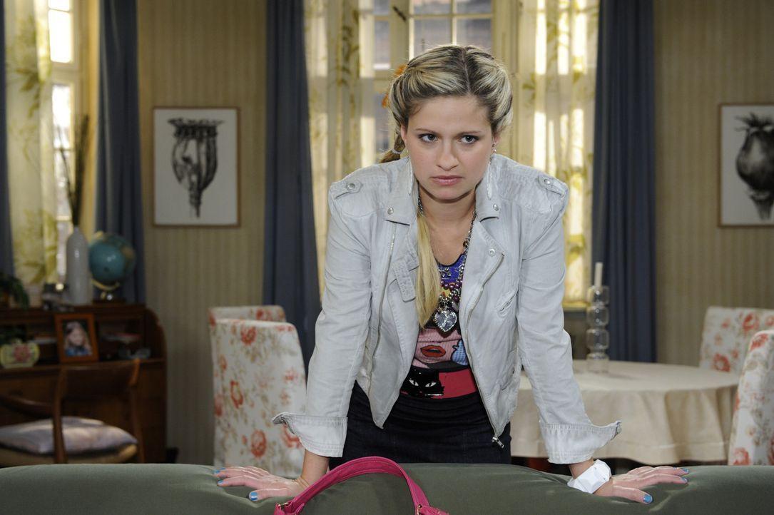 Mia (Josephine Schmidt) ist sauer, als Jojo sie vor Anna auffliegen lässt und entzieht sich einer weiteren Diskussion ... - Bildquelle: SAT.1