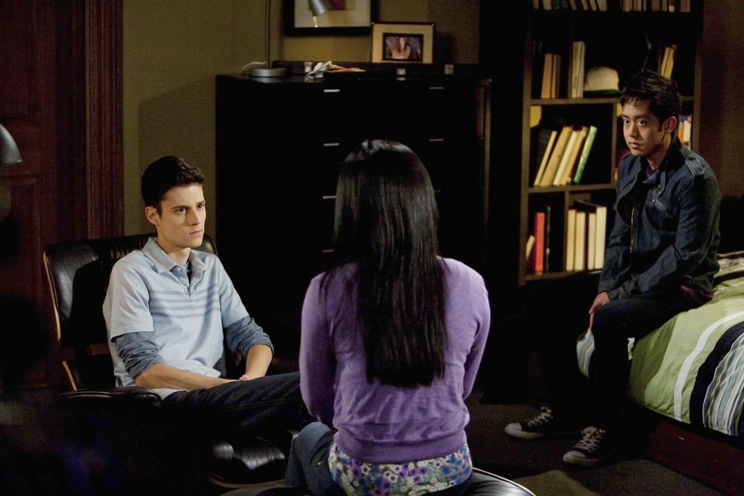 Die drei Freunde Ben (Ken Baumann, l.), Alice (Amy Rider, M.) und Henry (Allen Evangelista, r.) diskutieren über eine bedeutende Entscheidung. Wer... - Bildquelle: Randy Holmes 2010 Disney Enterprises, Inc. All rights reserved.