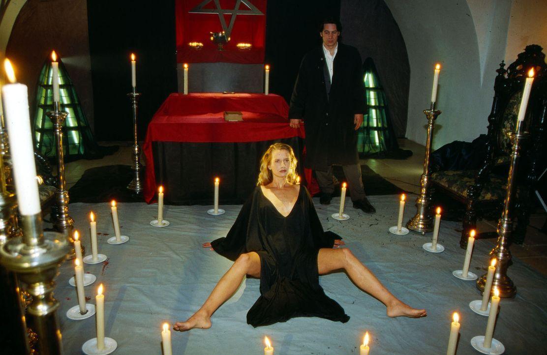 Kommissar Moser (Tobias Moretti, r.) entdeckt in einem abgelegenen Schloss, dem Sitz einer satanischen Sekte, eine junge Frau (Nadeshda Brennicke, l... - Bildquelle: Ali Schafler Sat.1