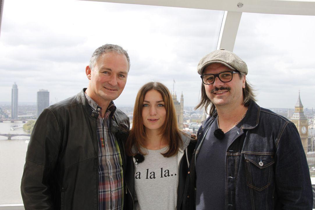 Valerie (M.) und ihr Papa (l.) sind erstaunt, als Henning Wehland (r.) mit einer ganz besonderen Überraschung für Valerie auftaucht ... - Bildquelle: SAT.1
