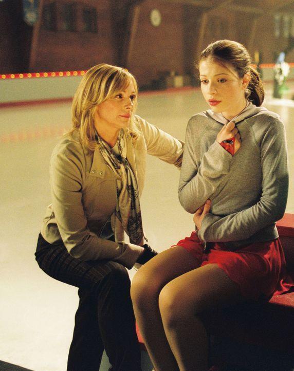 Als Casey (Michelle Trachtenberg, r.) das Angebot erhält, mit Gen und deren Mutter (Kim Cattrall, l.), einer in Ungnade gefallenen Eislaufmeisterin... - Bildquelle: 2005 Disney Enterprises, Inc.