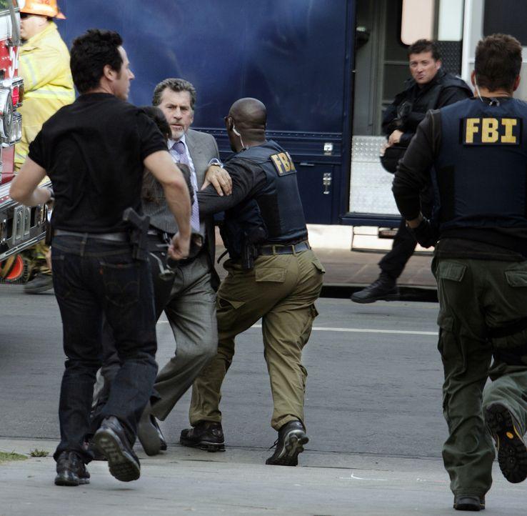 Don Eppes (Rob Morrow, l.), David Sinclair (Alimi Ballard, M.), und Colby Granger (Dylan Bruno, r.) versuchen einen Attentäter zu stellen - und sto... - Bildquelle: Paramount Network Television