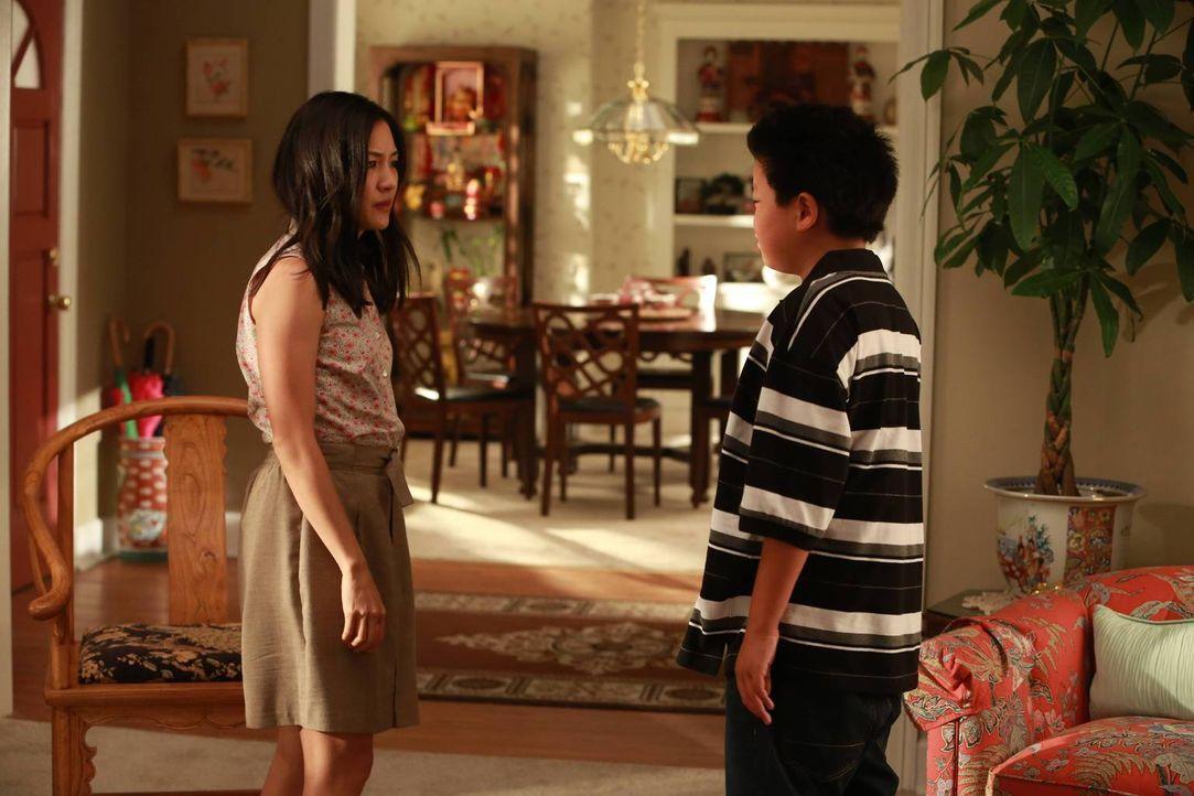 """Jessica (Constance Wu, l.) hat Eddie (Hudson Yang, r.) ungefragt für das Wahlfach """"Piccolo-Flöte"""" eingeschrieben, da sie auf ein Blaskapellen-Stipen... - Bildquelle: 2015-2016 American Broadcasting Companies. All rights reserved."""