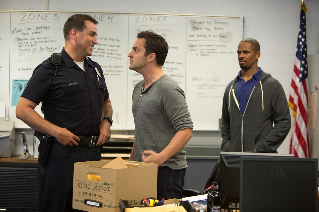 Als Officer Segars (Rob Riggle, l.) Ryan (Jake Johnson, M.) und Justin (Damon Wayans Jr., r.) wichtiges Überwachungsmaterial überlässt, ahnt er nich... - Bildquelle: Frank Masi 2014 Twentieth Century Fox Film Corporation.  All rights reserved.