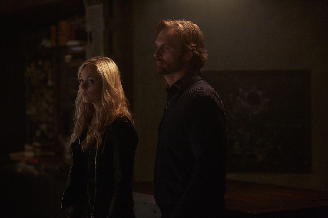 Wird Jeremy (Greg Bryk, r.) die schutzlose Elena (Laura Vandervoort, l.) zu einem Treffen mit Santos fahren lassen? - Bildquelle: 2014 She-Wolf Season 1 Productions Inc.