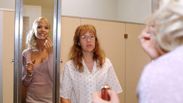 Interessiert beobachtet Lisa (Alexandra Neldel, l.) Sabrina (Nina-Friederike...