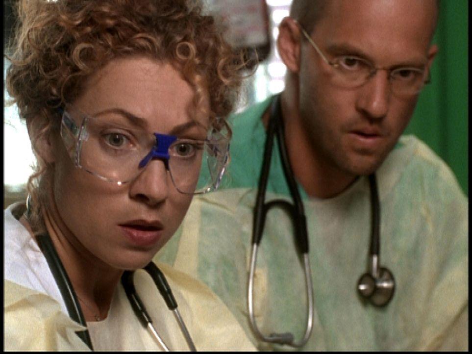 Corday (Alex Kingston, l.) und Greene (Anthony Edwards, r.) ist es nicht gelungen, alle Schwerverletzten zu retten. - Bildquelle: TM+  2000 WARNER BROS.