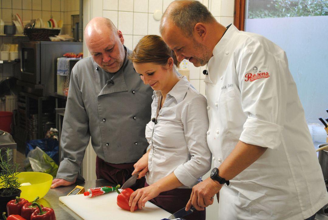 """Küchenhilfe Klaudia (M.) und ihr Chef Oliver (l.) hoffen, dass Frank Rosin (r.) ihnen Tipps geben kann, wie sie das """"Landhaus Eyendorf"""" vor dem fina... - Bildquelle: kabel eins"""