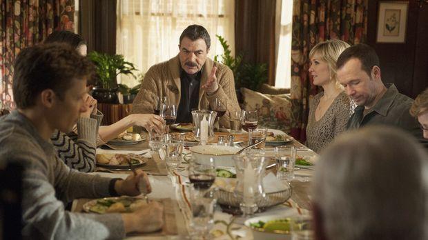 Kann das Familienessen mit Jamie (Will Estes, l.), Frank (Tom Selleck) und Li...