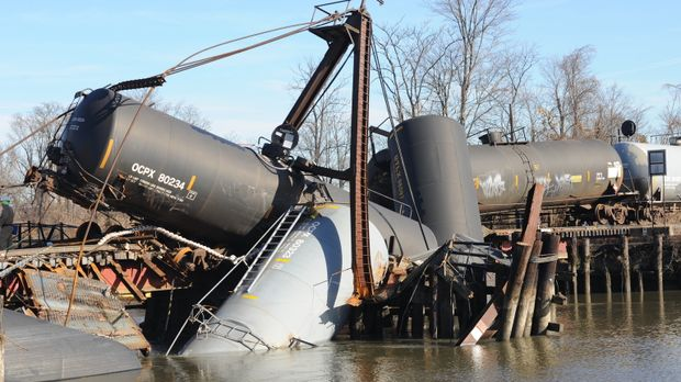 Katastrophe in der Kleinstadt: Ein Zug mit Gefahrengut entgleist in einem kle...