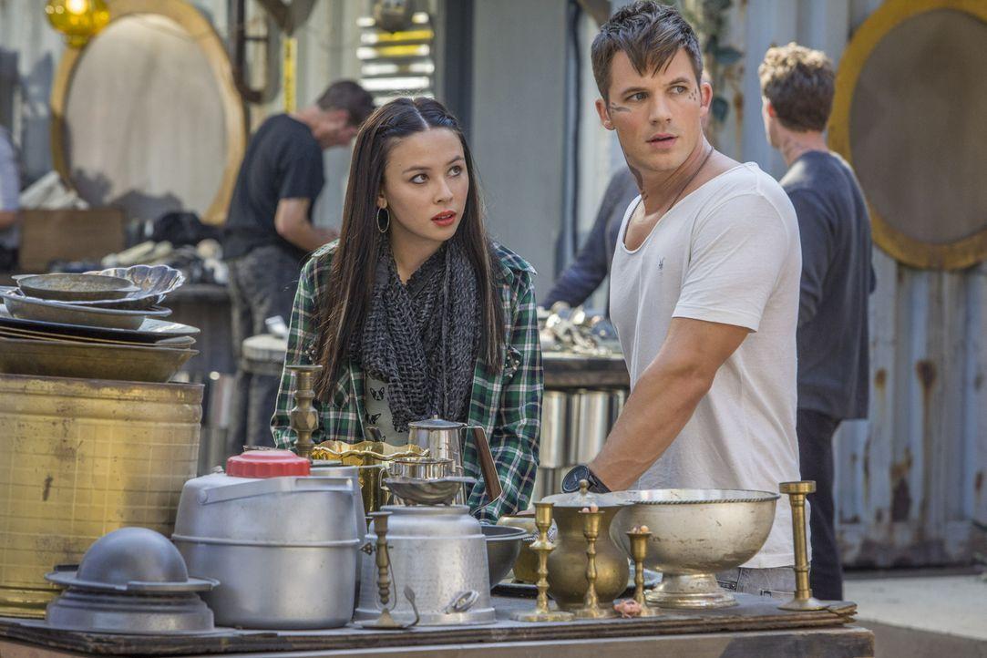 Roman (Matt Lanter, r.) sucht verzweifelt einen Weg, um die seltsamen Veränderungen an Julia (Malese Jow, l.) zu stoppen und zu verbergen ... - Bildquelle: 2014 The CW Network, LLC. All rights reserved.
