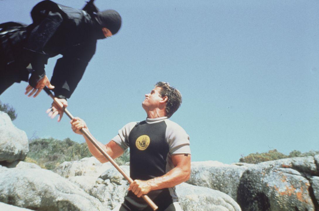 Furchtlos nimmt Joe Armstrong (Michael Dudikoff, r.) den schier aussichtslosen Kampf gegen die erbarmungslosen Gegner auf ... - Bildquelle: Cannon Films