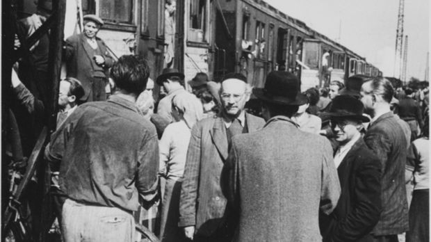 Bei der Wannsee-Konferenz im Jahr 1942 wird die sogenannte Endlösung der Jude...