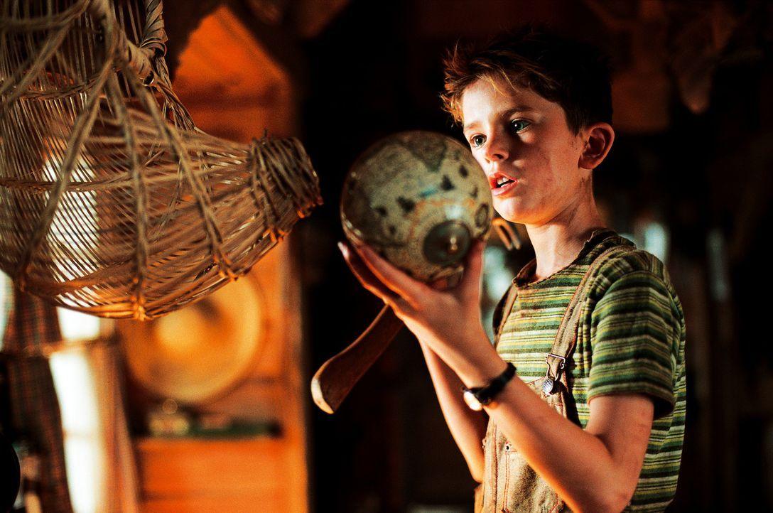 Arthur (Freddie Highmore) bleiben nur 48 Stunden Zeit um den Schatz seines Großvaters zu finden, der irgendwo tief im Garten vergraben, in einer an... - Bildquelle: TOBIS Film
