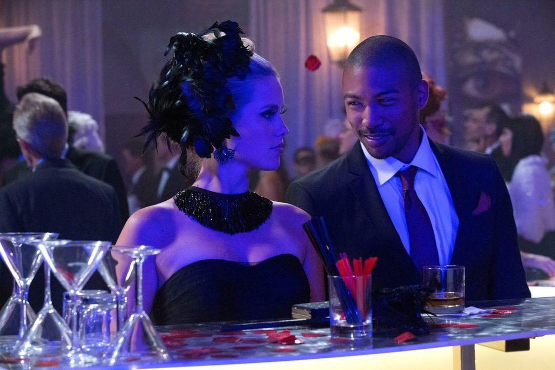 Marcel (Charles Davis, r.) scheint die gemeinsame Vergangenheit mit Rebekah (Claire Holt, l.) überhaupt nichts mehr zu bedeuten ... - Bildquelle: Warner Bros. Television