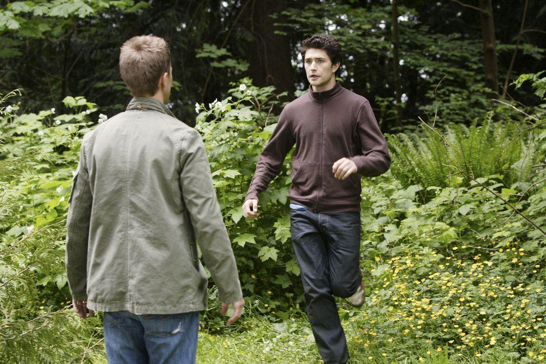 In einem unscheinbaren Waldgebiet warten einige Überraschungen auf Kyle (Matt Dallas, r.) und Declan (Chris Olivero, l.) ... - Bildquelle: TOUCHSTONE TELEVISION