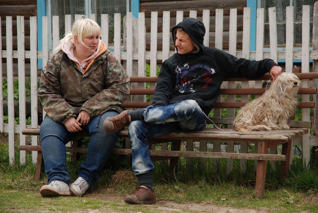 Soll auf die harte Tour lernen, welche Rolle Arbeit im Leben spielt: Janine (l.) inmitten der sibirischen Einöde ... - Bildquelle: kabel eins