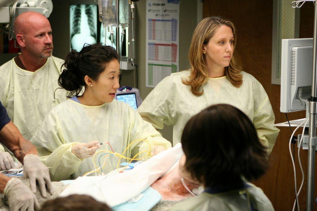 Cristina (Sandra Oh, l.), Webber (James Pickens Jr.,  M.) und Bailey (Chandra Wilson, r.) sind geschockt, als sie Andrew (James Immekus, 2.v.l.), de... - Bildquelle: Touchstone Television
