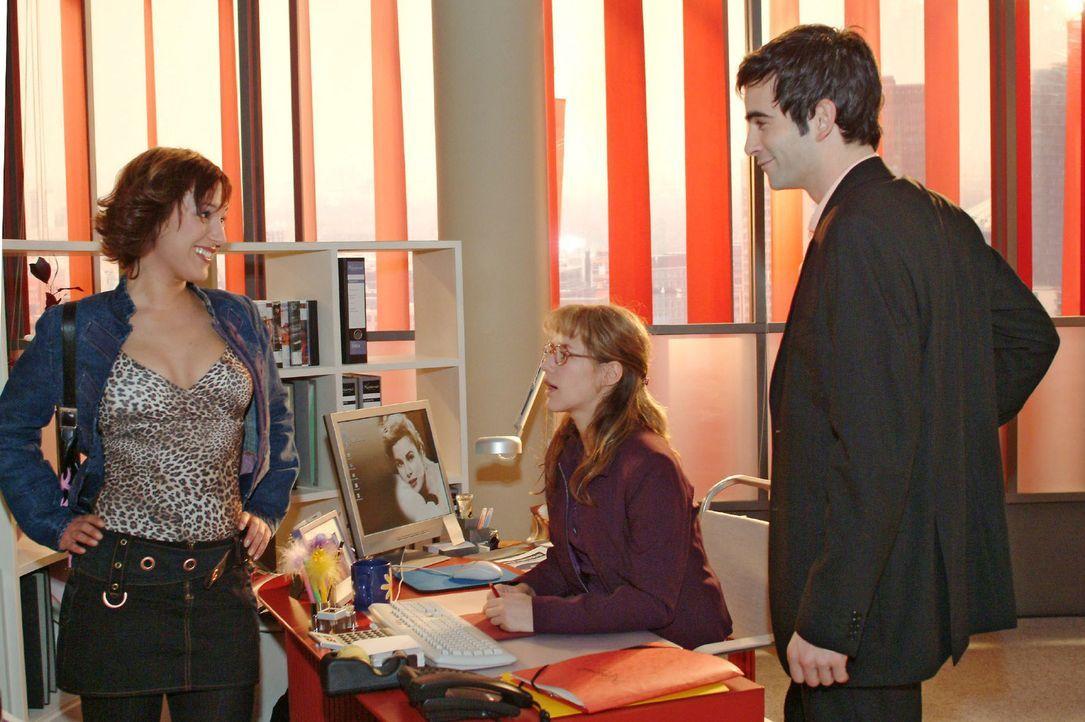 Als David (Mathis Künzler, r.) erscheint, beginnt Yvonne (Bärbel Schleker, l.) sofort an zu flirten - sehr zum Missfallen von Lisa (Alexandra Neld... - Bildquelle: Sat.1